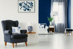 a room with accent walls in it